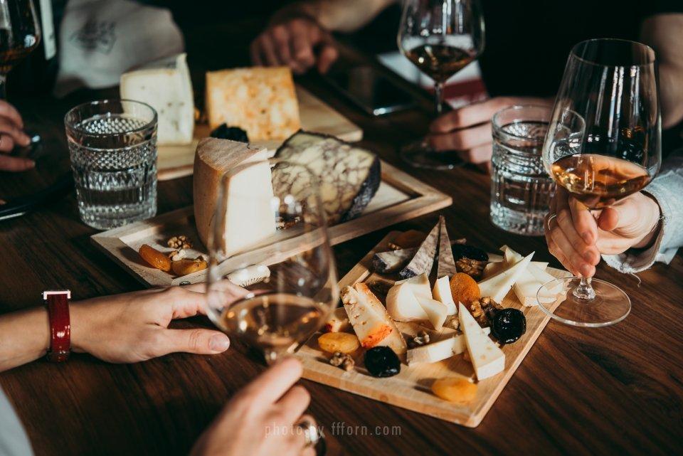 Грузинское вино и Грузинский сыр, застолье в Грузии, мучли, пресили сулугуни, сулугуни, ркацители, саперави, квеври